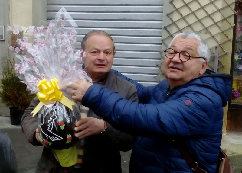 Ricciotto Fornacini consegna l'uovo della lotteria a Paolo Mazzoni