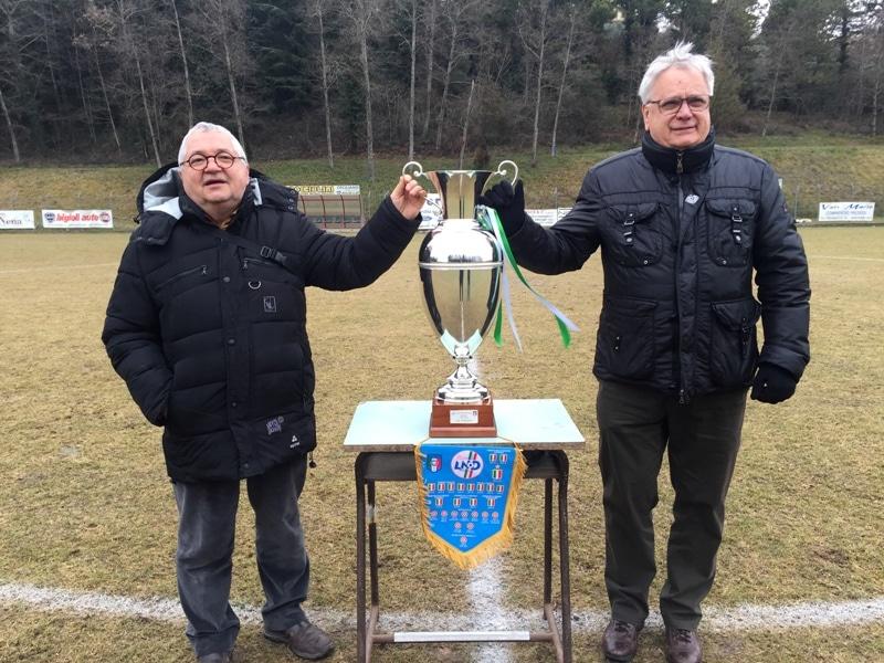 I presidenti Fornacini e Lacrimini con la Coppa prima del match